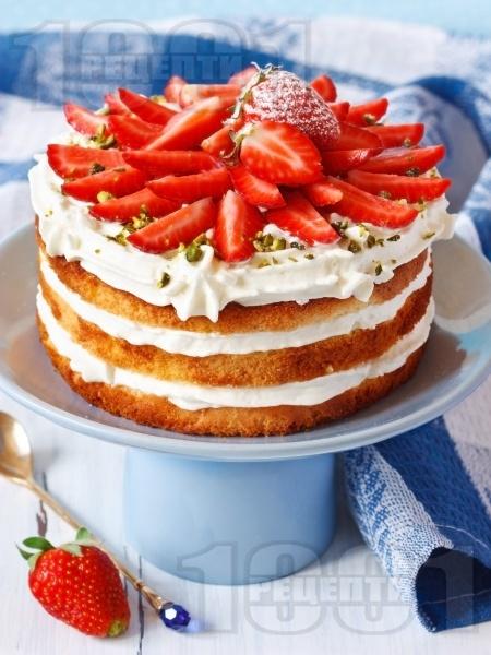 Лесна торта с маскарпоне, ягоди, сметана и шам фъстък - снимка на рецептата